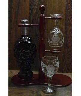 Vínový set na stojane (fľaša červeného vína + 2 poháre) v darč.balení (v. 34 cm)