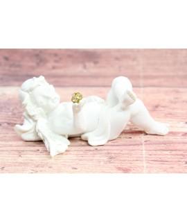 Anjelik ležiaci s kamienkom v ruke (v. 7 cm)