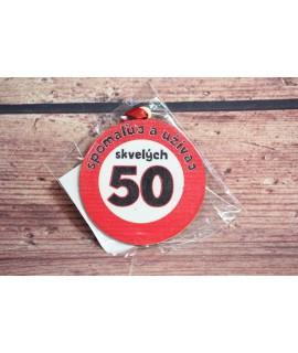 """Drevená tabuľa """"SPOMALUJ A UŽÍVAJ SKVELÝCH 50"""" (p. 8 cm)"""