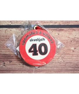 """Drevená tabuľa """"SPOMALUJ A UŽÍVAJ SKVELÝCH 40"""" (p. 8 cm)"""