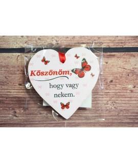 """Fa mágnes - szívecske """"KÖSZÖNÖM, HOGY VAGY NEKEM"""" - piros pillangó (9x9 cm)"""