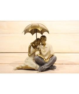 Dekorácia pár s dáždnikom v ruke (15x16,5 cm)