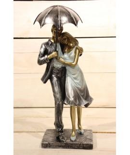 Dekorácia pár s dáždnikom v ruke - na podstavci (v. 30 cm)