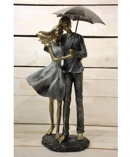 Dekorácia pár s dáždnikom v ruke na podstavci (v. 38 cm)