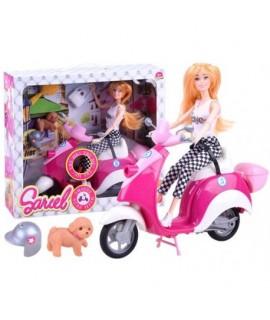 Bábika na ružovom skútri